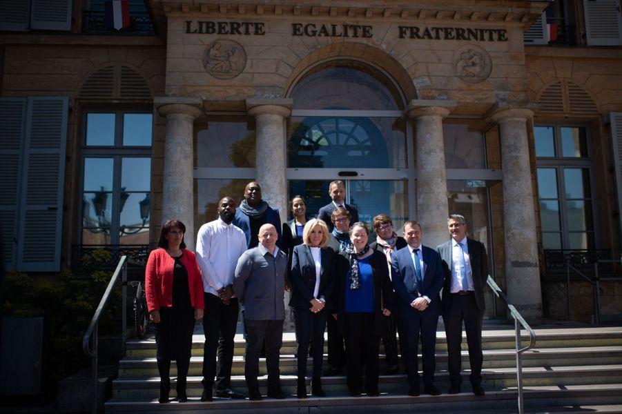 Brigitte Macron était accompagnée d'autres membres du comité pédagogique dont le rappeur Ben J et le chef Thierry Marx (tout deux à sa droite)