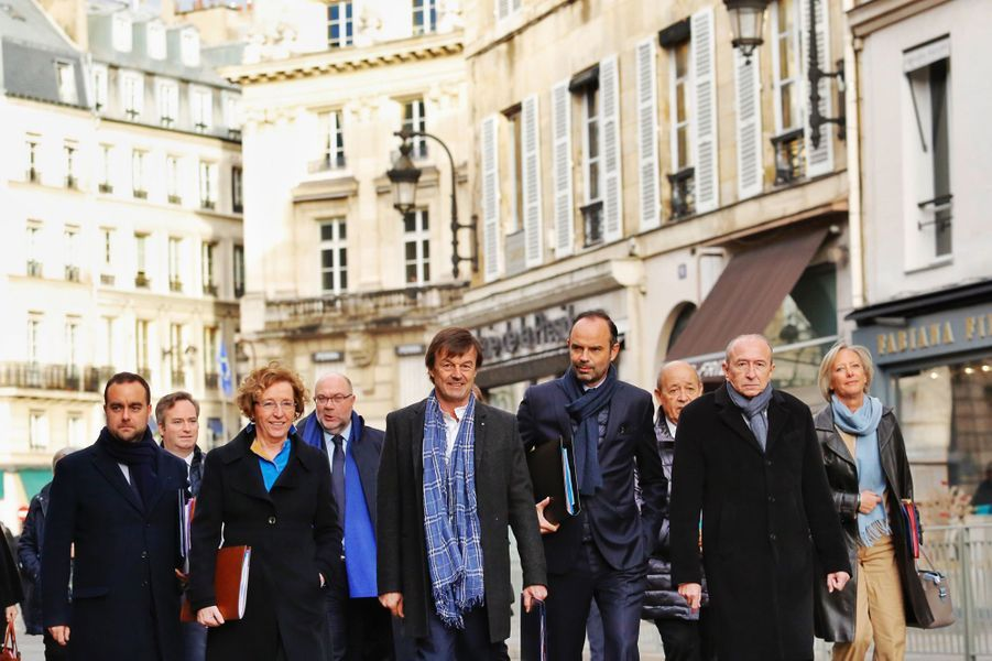 Édouard Philippe etses ministres arrivent ensemble à pied à l'Élysée depuis le ministère de l'Intérieur,où ils ont pris le petit déjeuner, une tradition de début d'année.