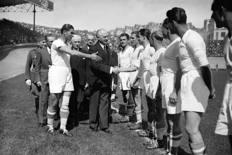 Président de la République, Albert Lebrun, salue les joueurs de l'Olympique de Marseille, le 04 mai 1940, lors de la finale de la Coupe de France de football contre le Racing club de Paris au Parc des Princes.