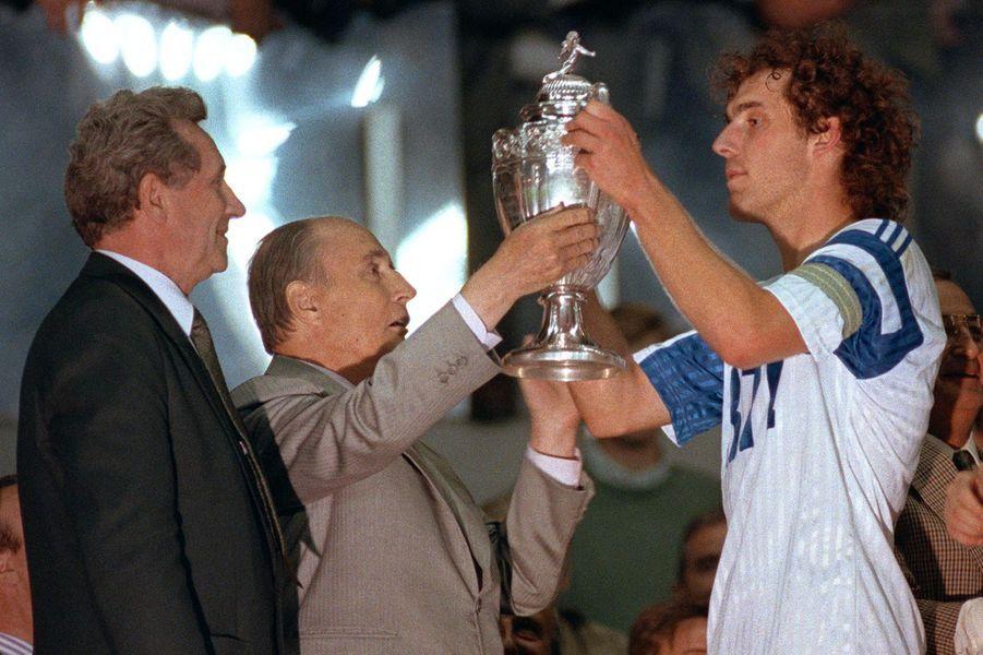 Le 02 juin 1990 du président François Mitterrand présente la Coupe de France de football au capitaine de l'équipe de Montpellier, Laurent Blanc sous le regard du président de la Fédération française de football Jean Fournet-Fayard.