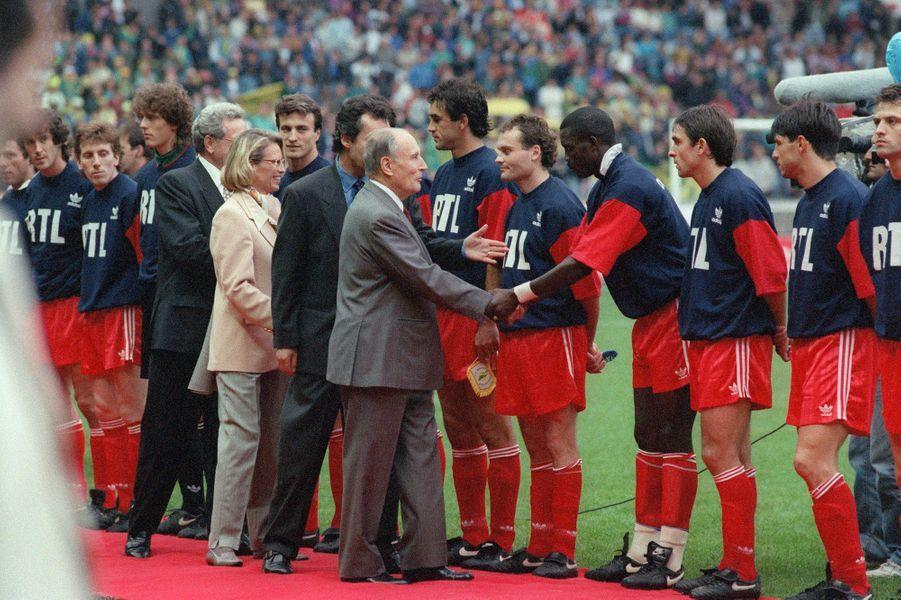 François Mitterrand salue les joueurs de l'équipe du PSG lors de la finale de la coupe de france de football contre le F.C. Nantes, le 12 juin 1993, au Parc des Princes.