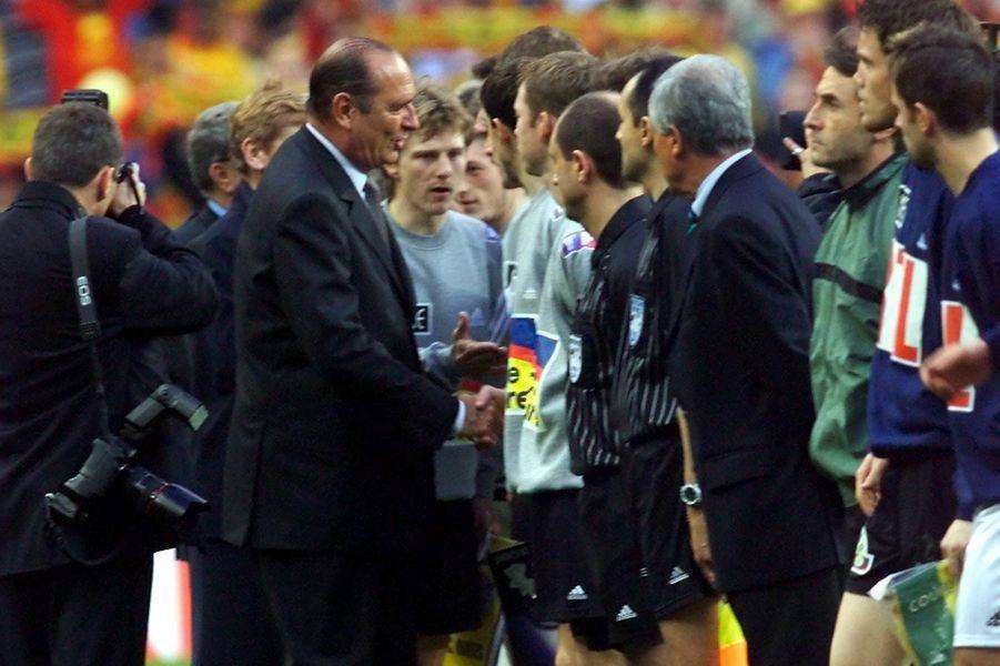 Le président de la République Jacques Chirac salue les joueurs calaisiens, en compagnie de leur capitaine Reginald Becque avant la finale de la Coupe de France de football opposant Calais à Nantes le 07 mai 2000 au Stade de France.