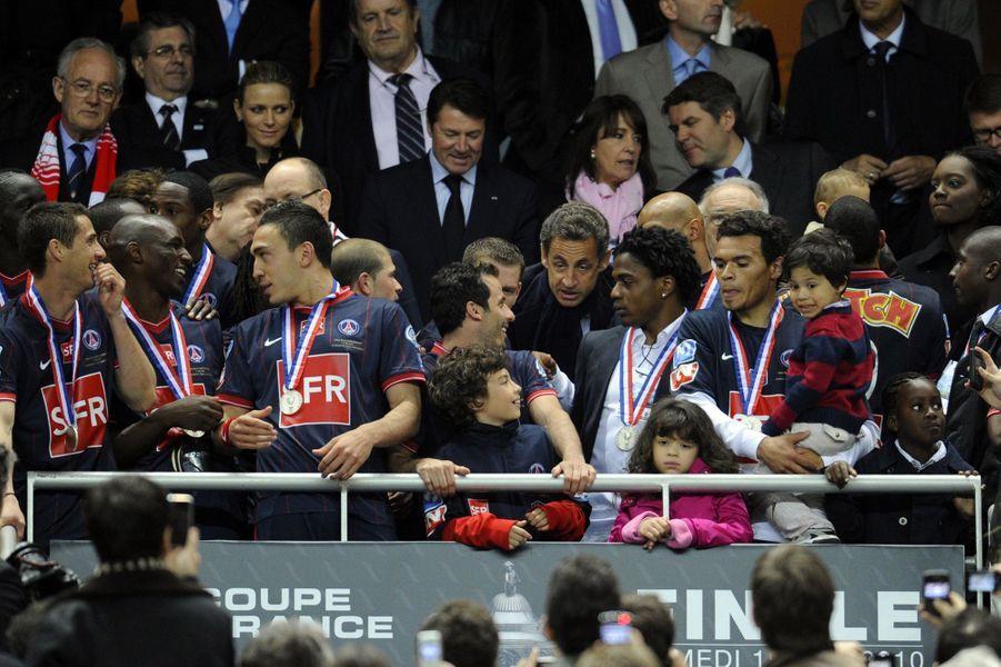Nicolas Sarkozy remet leur coupe aux joueurs du PSG le 1er mai 2010 après la finale remportée contre Monaco.