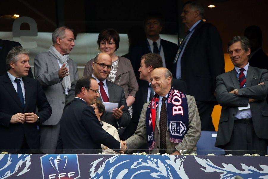 François Hollande et Alain Juppé se serrent la main le 31 mai 2013 avant la finale entre Bordeaux et Evian.