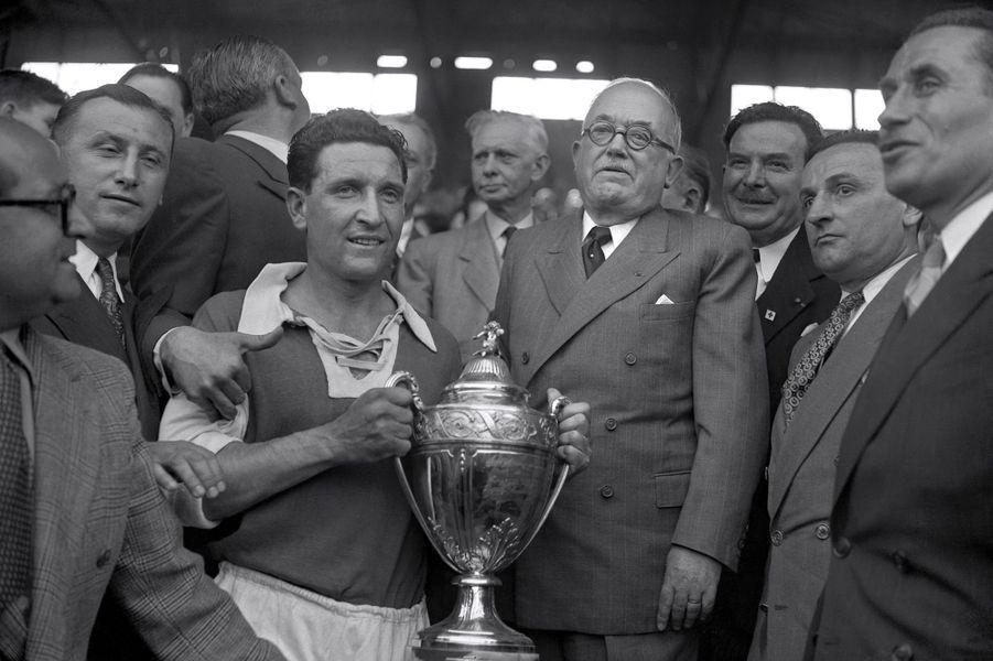 Le président Vincent Auriol remet la Coupe de France au capitaine de l'équipe de Reims Albert Batteux suite au match Reims/Racing à Colombes, le 13 mai 1950.