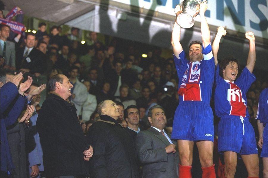 Jacques Chirac et François Mitterrand remettent la Coupe au PSG.