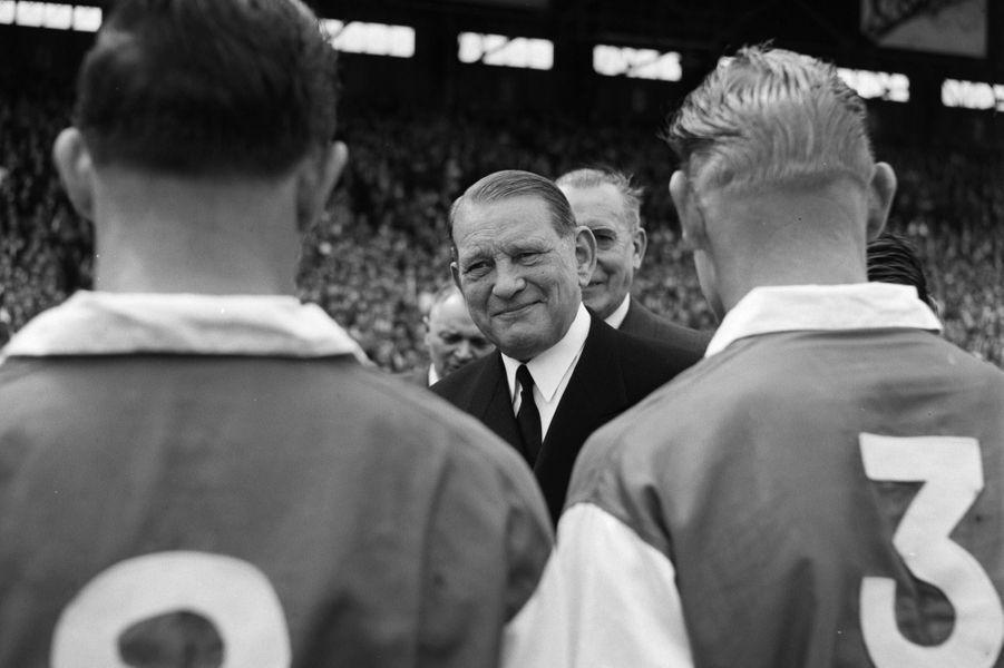 Le Président de la République René Coty saluant les joueurs lors de la finale de la Coupe de France de football 1956.