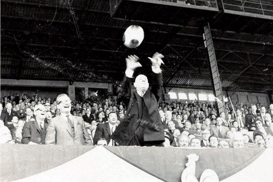 En 1967, quand le ballon envoyé par le Lyonnais Hector Maison arrive dans la tribune présidentielle, le général De Gaulle, qui honore de sa présence la finale entre Lyon et Sochaux, le renvoie des deux mains. Sa petite phrase «Je dois vraiment tout faire moi- même dans ce pays» déclenche l'hilarité dans la tribune.