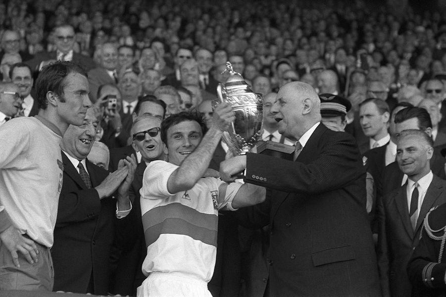Le Président de la République Charles De Gaulle remet la Coupe de France au capitaine lyonnais Di Nallo, remporté par L'Olympique lyonnais contre le Football Club de Sochaux par 3 buts à 1 lors de la finale du cinquantenaire le 21 mai 1967 au parc des Princes.