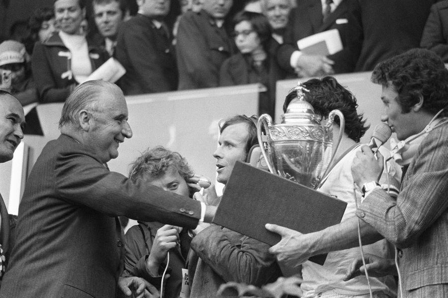 Georges Pompidou remet la coupe de France de Football au capitaine de l'Olympique de Marseille Jules Svunka, sous le regard du journaliste Michel Drucker, le 04 juin 1972 au Parc des Princes à Paris. L'OM a battu Bastia 2-1.