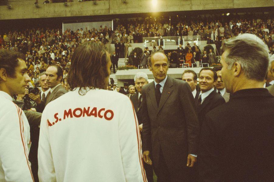 Finale de la Coupe de France à Paris au Parc des Princes entre Saint-Etienne et Monaco. Avant le match, le Président Valéry Giscard d'Estaing salue les joueurs de Monaco.
