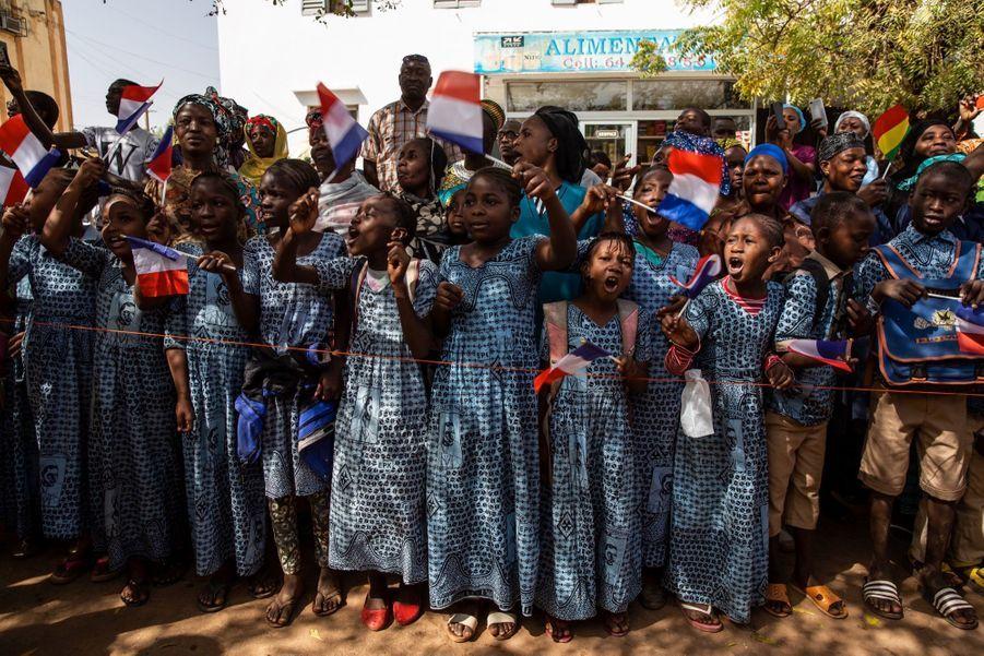 Le 15 février, à Bamako, au Mali. François Hollande visite l'hôpital FESTOC avec l'association Chaine de l'espoir, qui vient en aide des enfants malades, notamment du coeur. De nombreux enfants chantent à son arrivée.