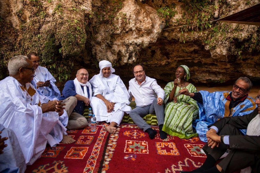 Le 14février, dans l'oasis de Terjit, en Mauritanie, avec Michel Sapin (à g.) et des touristes français et suisses.