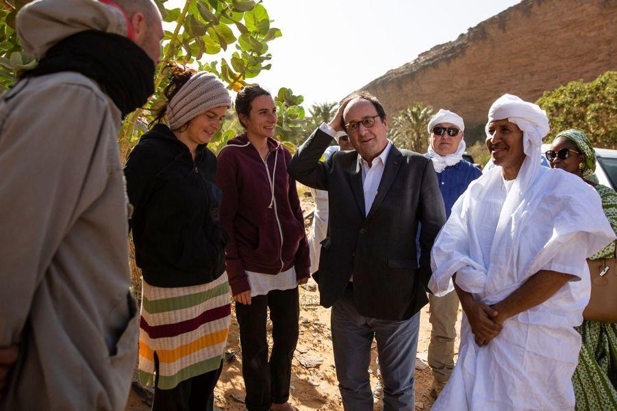 Au hasard de son escapade dans l'oasis, Hollande croise Florent et Marie. Ils sont... corréziens ! De Troche, à peine 600 habitants.