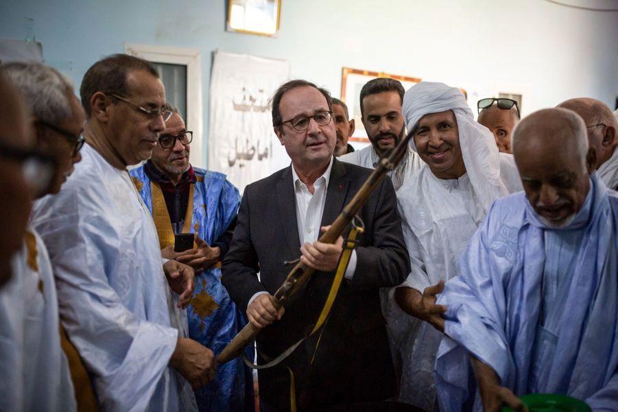 La délégation lui offre un fusil de collection.