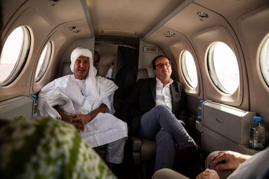 Retour en avion à Nouackchott, capitale de la Mauritanie. A la gauche de François Hollande, un membre de la délégation qui l'accompagne, Mohamed Ould Noueigued, le PDG de la banque nationale de Mauritanie.