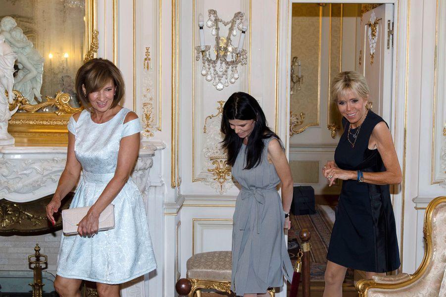Brigitte Macron et Carmen Iohannisvisitent le musée du palais présidentiel.