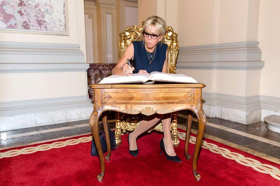 Brigitte Macron lors de savisite au musée du palais présidentiel.