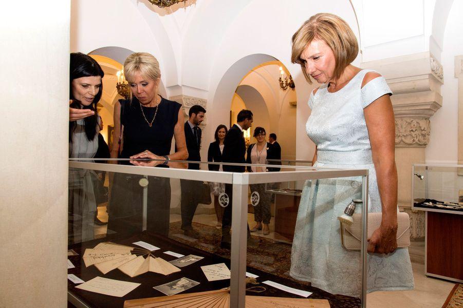 Brigitte Macron et CarmenIohannisvisitent le musée du palais présidentiel.
