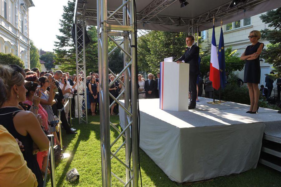 Emmanuel Macron devant des représentants de la communauté d'affaires française à la Résidence de France à Bucarest.