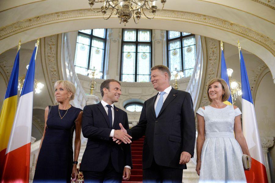 Emmanuel Macron et son épouse Brigitte sont accueillis par Klaus Iohannis etsa femme Carmen lors d'une cérémonie au palais Cotroceni à Bucarest.