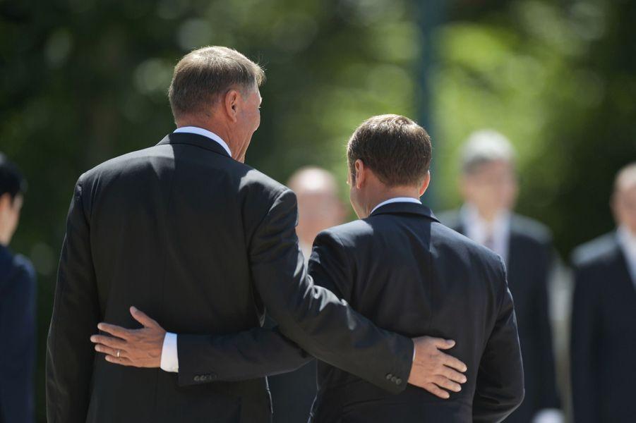Klaus Iohannis etEmmanuel Macron lors de la cérémonie d'accueilau palais Cotroceni à Bucarest.