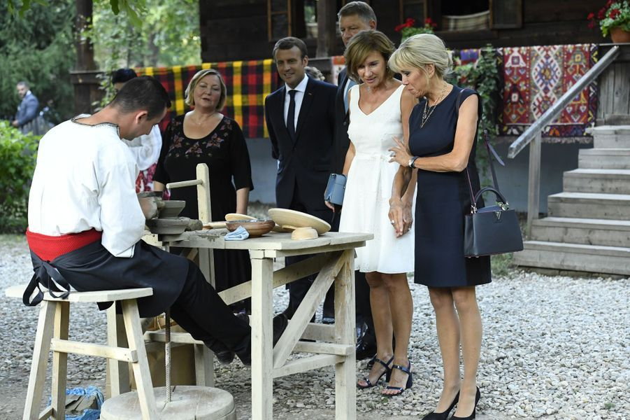 Emmanuel Macron et son épouse Brigittevisitent lemusée du village roumain «Dimitrie Gusti» en compagniedeKlaus Iohannis etsa femme Carmen.