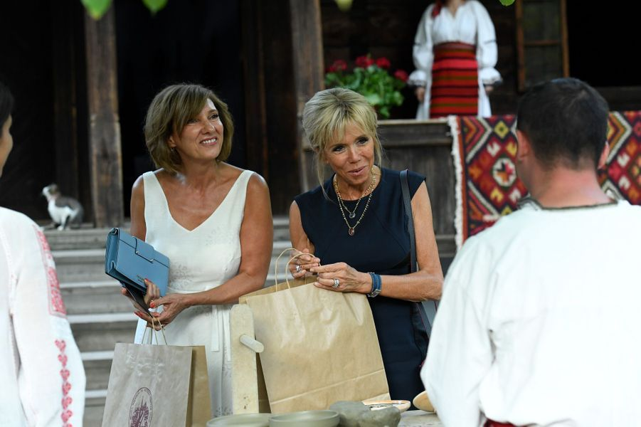 Brigitte Macron et CarmenIohannisvisitent lemusée du village roumain «Dimitrie Gusti».