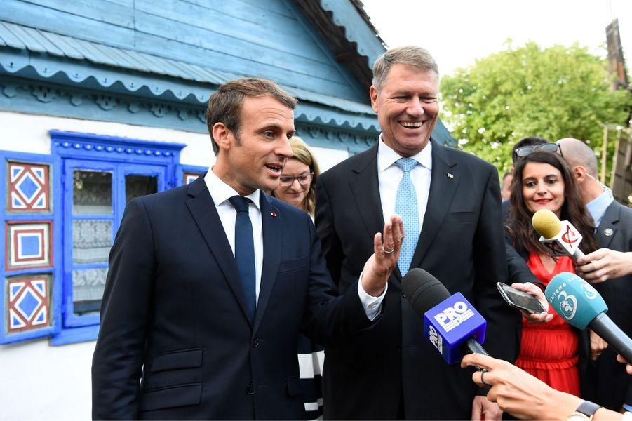 Emmanuel Macron parle aux journalistes lors de sa visite aumusée du village roumain «Dimitrie Gusti».