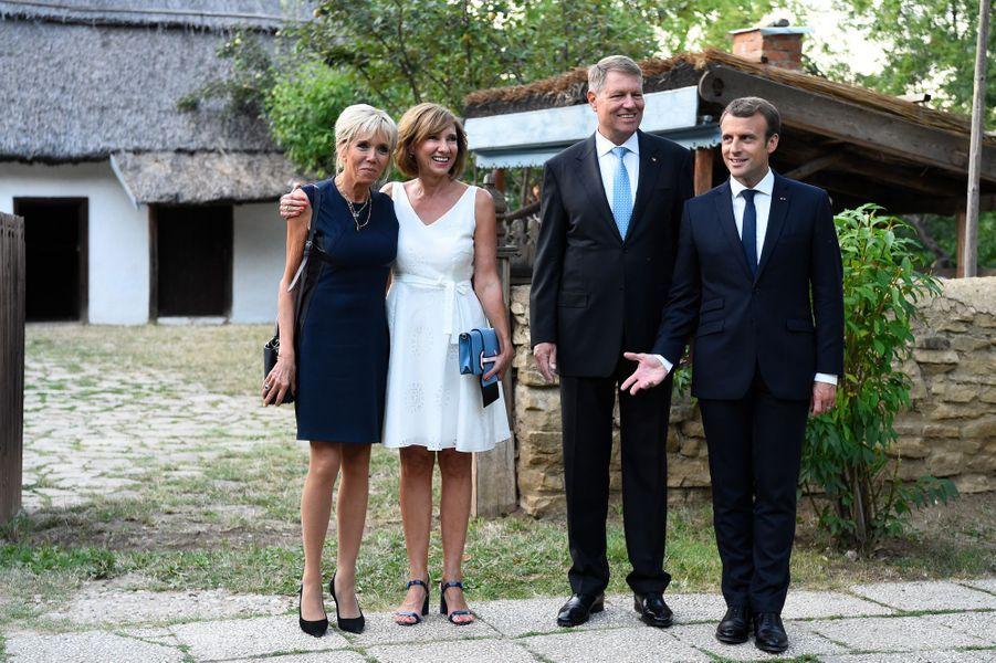 Les deux couples présidentiels ont visité lemusée du village roumain «Dimitrie Gusti».