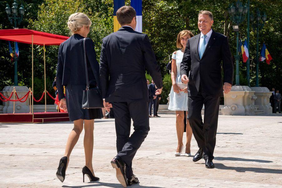 Emmanuel Macron et son épouse Brigitte lors de la cérémonie d'accueuil au palais Cotroceni à Bucarest.