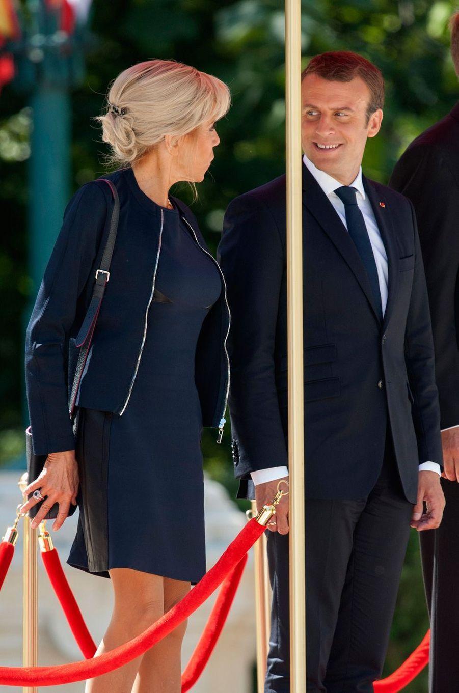 Emmanuel Macron et son épouse Brigitte lors de la cérémonie d'accueilau palais Cotroceni à Bucarest.