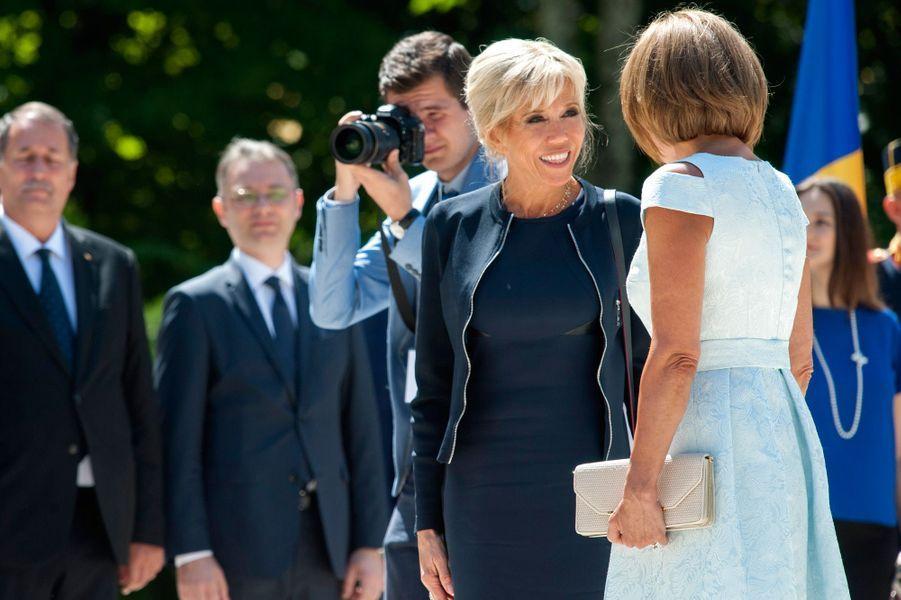 Brigitte Macron et CarmenIohannislors de la cérémonie d'accueil au palais Cotroceni à Bucarest.