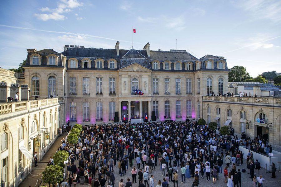 La foule a envahi la cour d'honneur de l'Elysée.