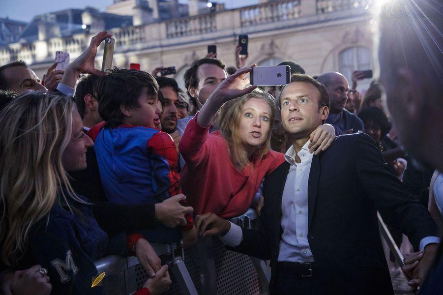 Selfies et poignées de mains pour le couple présidentiel.