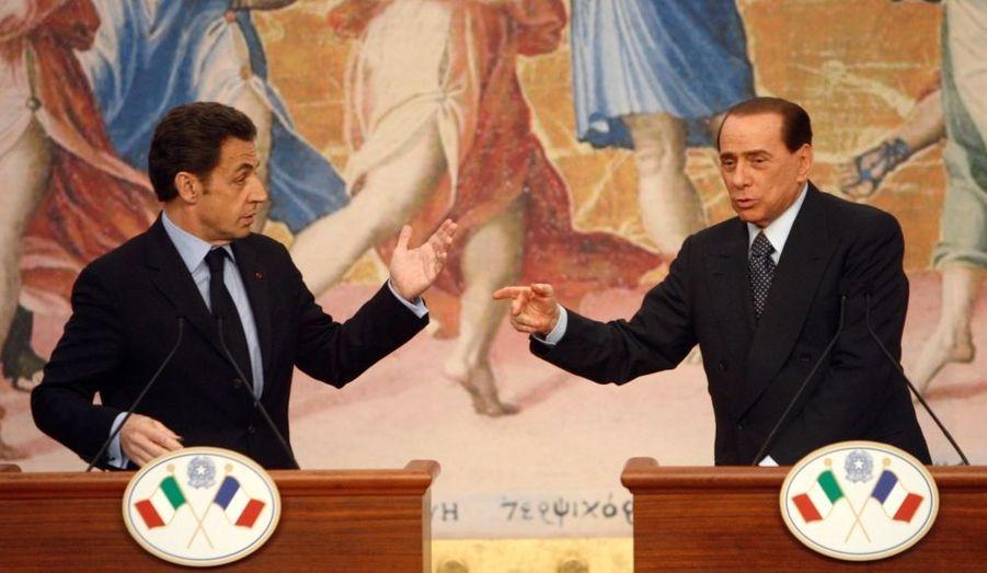 """Interrogés sur leur baisse de popularité, Nicolas Sarkozy et son homologue italien Silvio Berlusconi ont chacun à leur manière soigneusement évité de répondre à cette question. """"Chacun a compris que c'était une question de fond qui montre à quel point"""" son auteur """"a été passionné par ce qu'a dit M. Berlusconi et parce que j'ai dit"""", a ironisé le président français au cours du sommet franco-italien de Rome. M. Berlusconi s'est pour sa part contenté de sourire puis ils ont demandé de passer à la question suivante. Selon le baromètre Ifop-JDD, la cote de popularité de Nicolas Sarkozy a chuté de sept points en un mois pour atteindre 37% en février. Selon un sondage de l'Institut IPR du 17 février, M. Berlusconi jouit d'un soutien de 55%."""