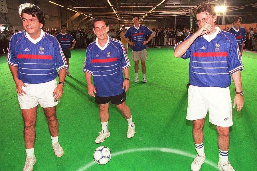 En marge du Mondial,Nicolas Sarkozy (secrétaire général du RPR),Pierre Lellouche et François Baroin jouent au foot avec des jeunes du RPR, le 4 juillet lors d'un match à Toulouse.