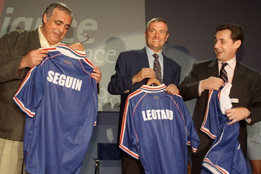 Le 27 juin à Port-Marly,Philippe Séguin, François Léotard et Nicolas Sarkozy montrent leurs maillots de l'équipe de France, floqués à leur nom.
