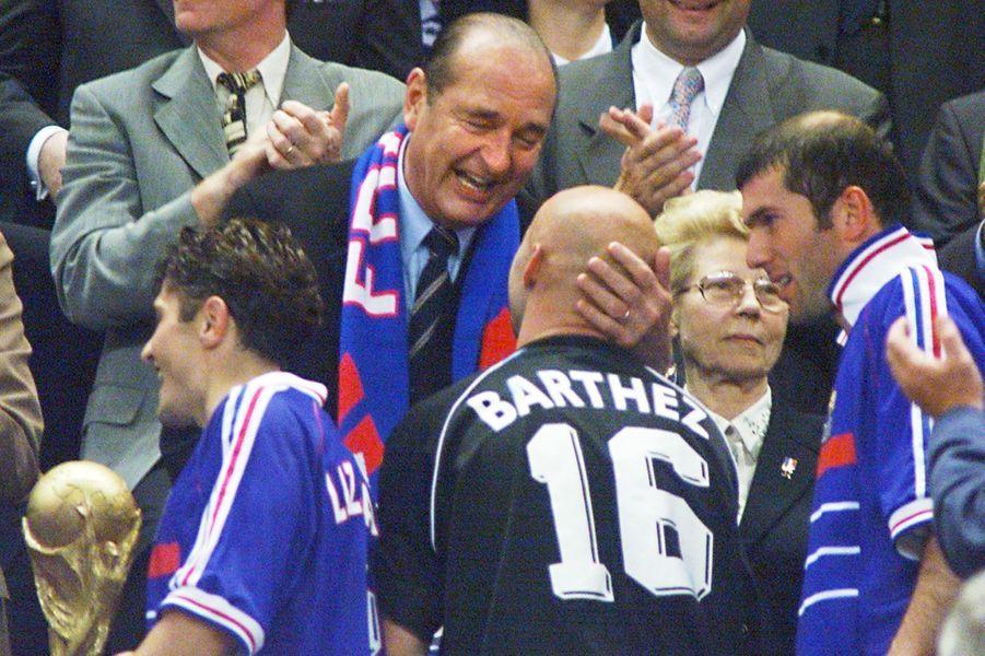Jacques Chirac félicite Fabien Barthez, qu'il embrassera sur le crâne comme le faisait Laurent Blanc.