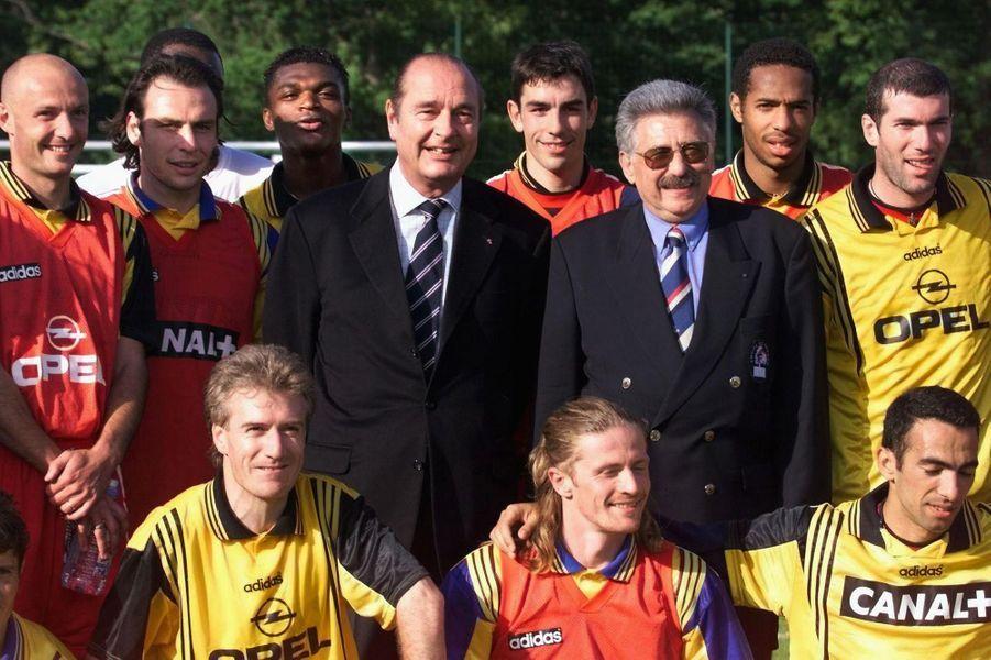 Jacques Chirac aux côtés des Bleus, le 3 juin 1998 à Clairefontaine.