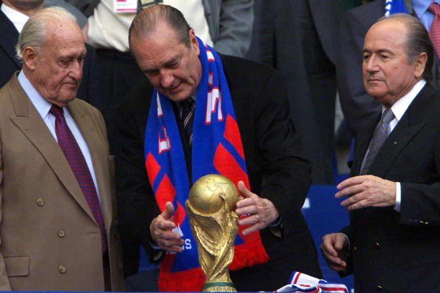 Aux côtés de Joao Havalange et Sepp Blatter, Jacques Chirac observe la Coupe du monde.