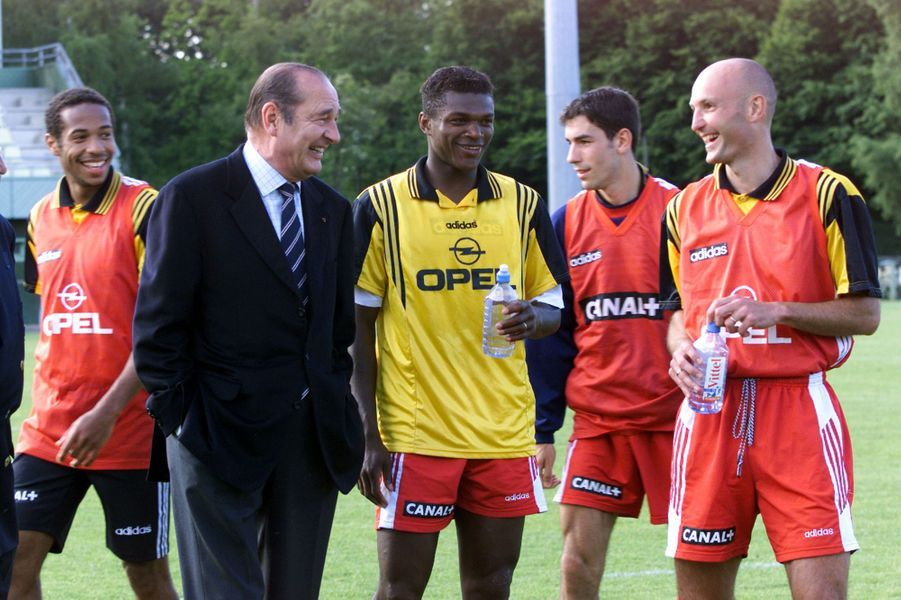 Jacques Chirac à Clairefontaine discute avec Thierry Henry, Marcel Desailly, Robert Pires et Frank Leboeuf.