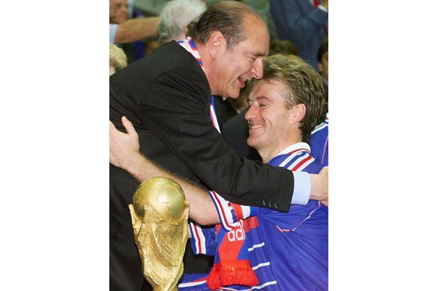 Jacques Chirac et le capitaine des Bleus, Didier Deschamps , le 12 juillet 1998.