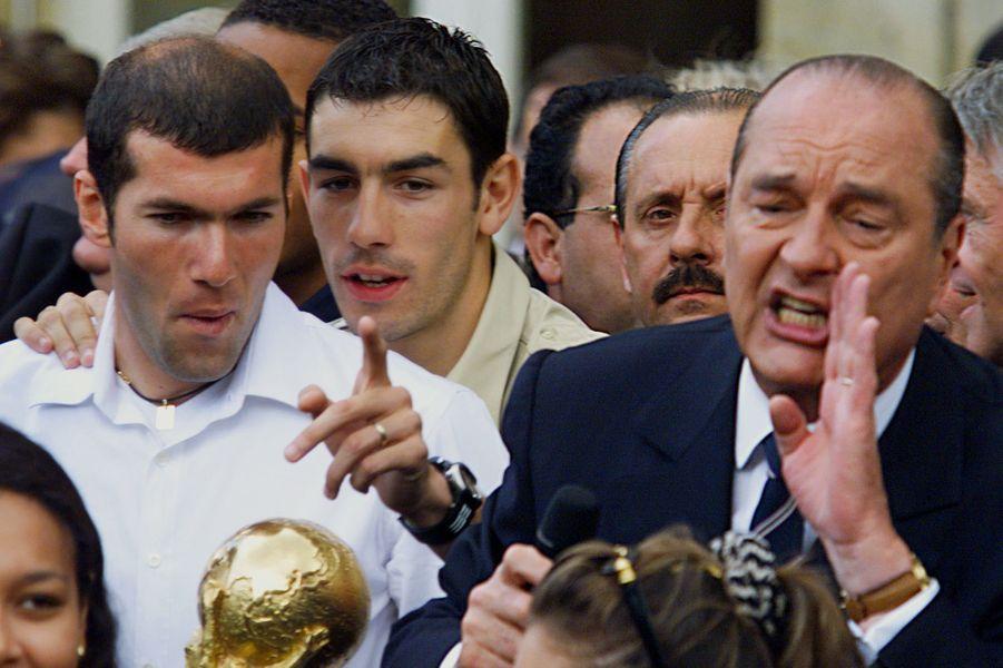 Robert Pirès et Zinedine Zidane à l'Elysée aux côtés de Jacques Chirac, le 14 juillet 1998.