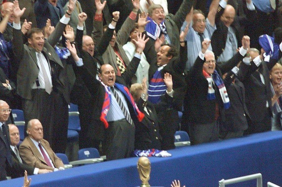 Jacques Chirac, Michel Platini et Lionel Jospin hurlent leur bonheur.