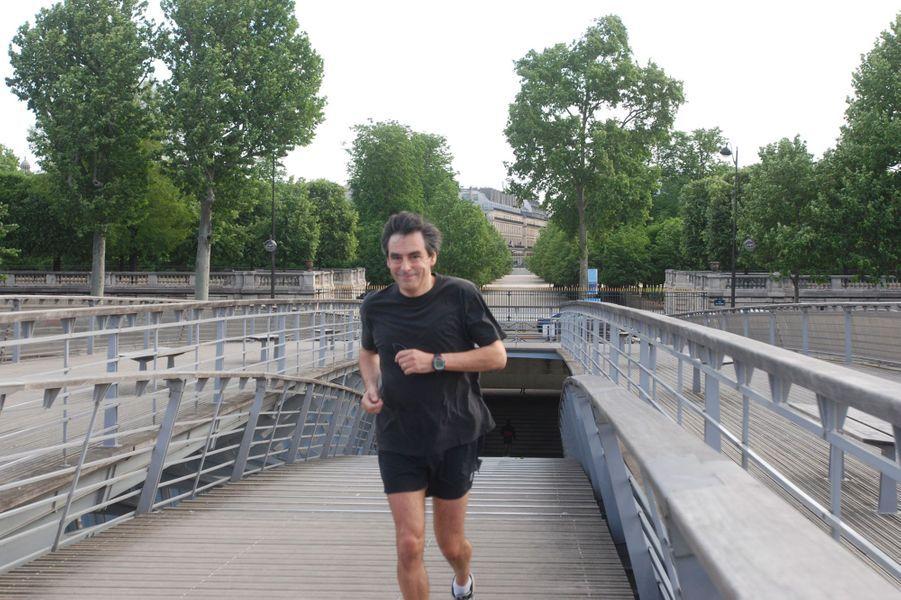 François Fillon faisant son jogging sur la passerelle Senghor aux Tuileries, à Paris. Nous sommes en mai 2007, quelques jours avant sa nomination à Matignon.