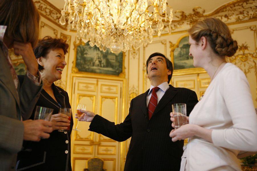 A Matignon, en juin 2007, François Fillon déjeune dans le salon Jaune avec quelques femmes de son gouvernement: Christine Albanel, Roselyne Bachelot et Nathalie Kosciusko-Morizet.
