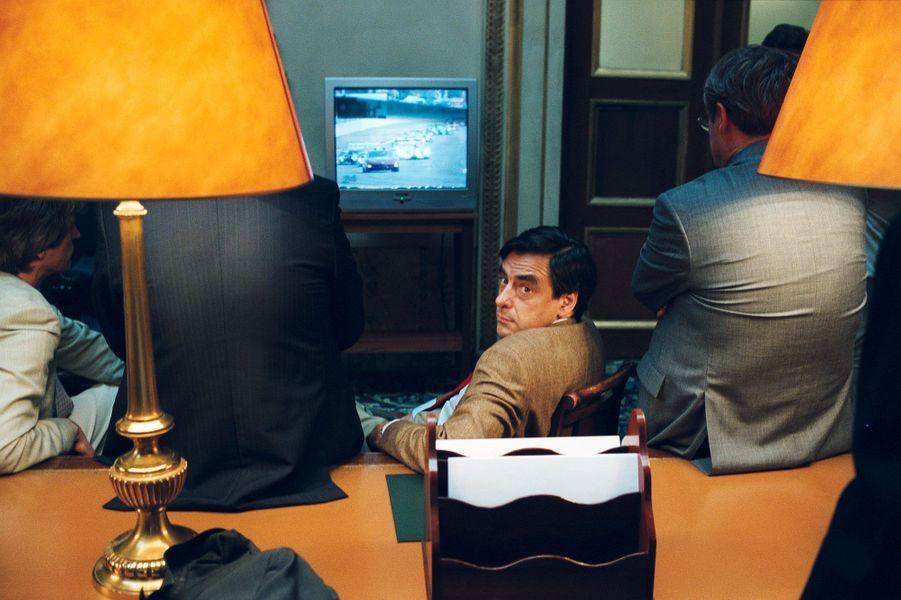 En juin 2003, le projet de loi portant réformes des retraites est en débat à l'Assemblée nationale. François Fillon, ministre des Affaires sociales, s'accorde une pause pour regarder le départ des 24 heures du Mans, dans un salon proche de l'hémicycle.