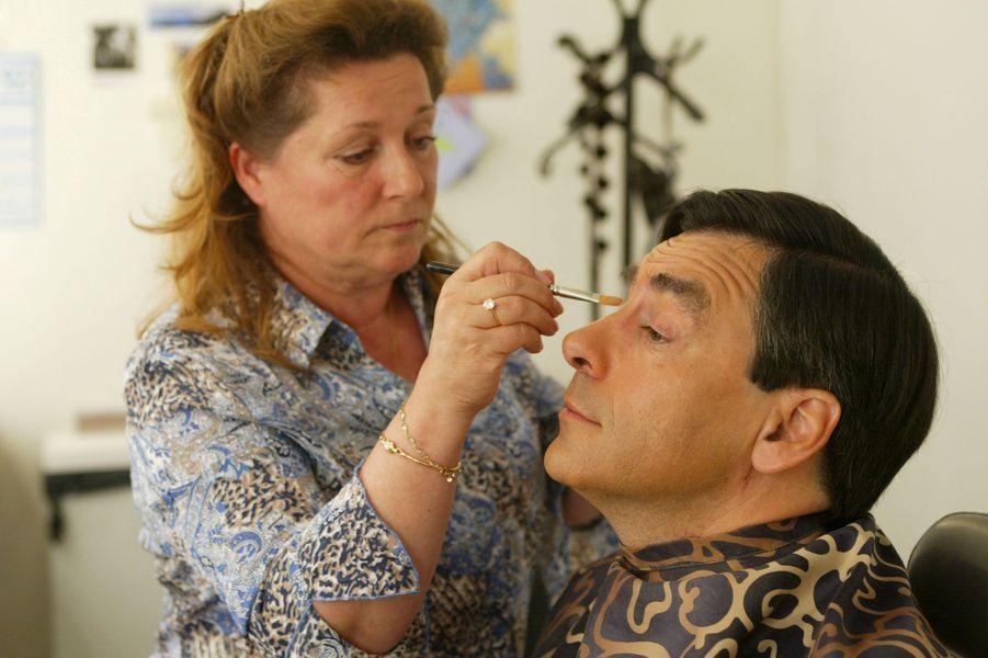 Séance maquillage pour François Fillon avant son intervention au 20 Heures de France 2, en mai 2003. Il est alors ministre Affaires sociales, du Travail et de la Solidarité et intervient au sujet de la réforme des retraites.