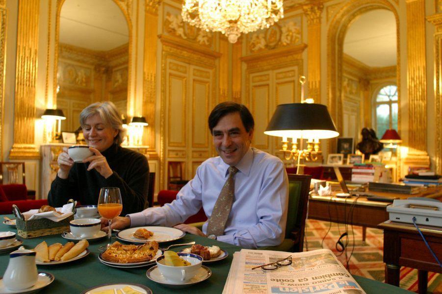 François Fillon et son épouse Pénélope prenant leur petit déjeuner dans son bureau au ministère de l'Education nationale, en décembre 2004. Il a été rue de Grenelle de mars 2004 à mai 2005.